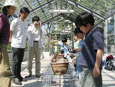 2004年4月に東京・代官山ヒルサイドテラスの屋上にあるギャラリー「温室」を会場に開催した、家族で一緒に体験できるワークショップ「土の10日間」