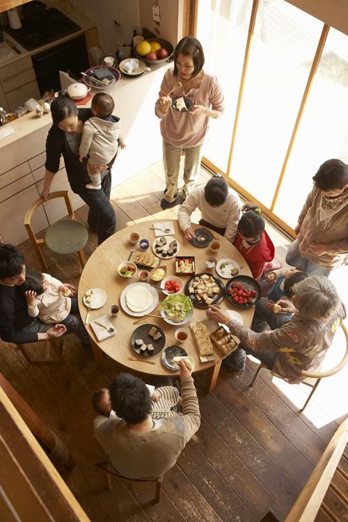 子どもも大人も集まって、食事会をひらくことも。