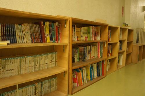 廊下に設置された本棚